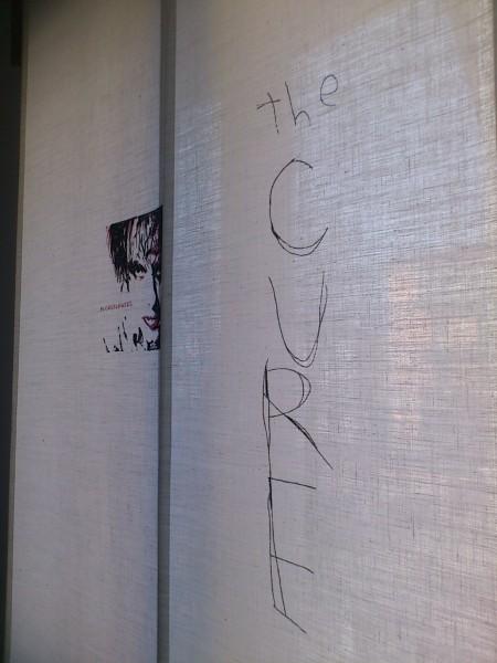 """negozio tende verona, tenda a pannelli scorrevoli dipinta a mano """"omaggio a Robert Smith - The Cure, tende da interni verona arredamento mariano"""