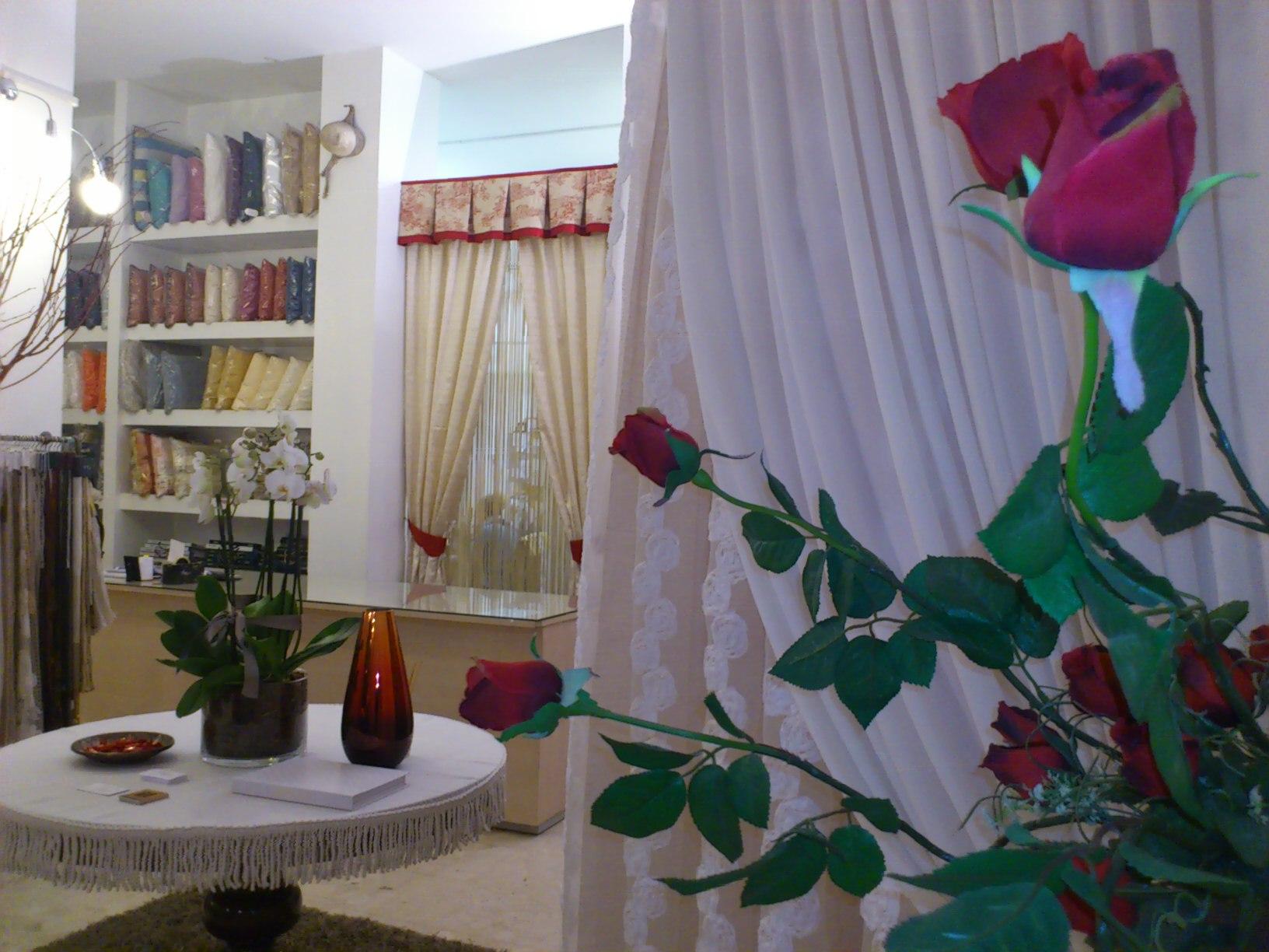 Negozio tende verona, arredamento mariano, vetrina tende fatte a mano 2013, sullo sfondo tenda tradizionale a doppia raccolta con drappeggio in toile de jouy