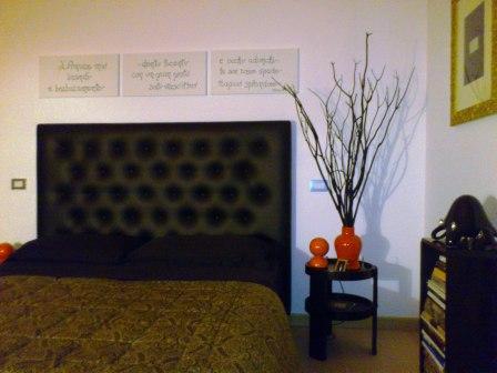 Tende e tessuti a Verona: la testiera letto in pelle punturata nera di Arredamento Mariano. Realizzata su misura.