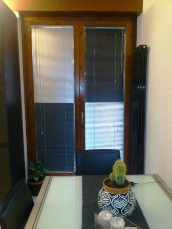 tende verona, veneziana a due colori: grigio piombo e bianco perla, negozio tende verona arredamento mariano
