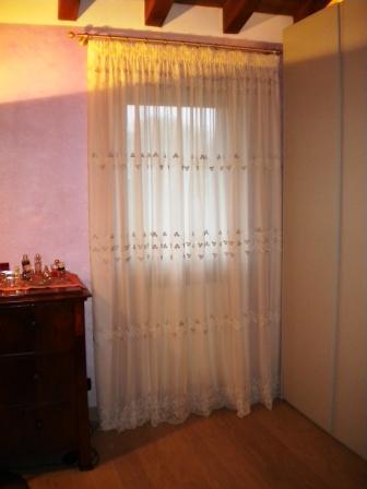 tenda tradizionale di tulle ricamato con roselline in nastro di seta e foderata con tessuto georgette misto seta
