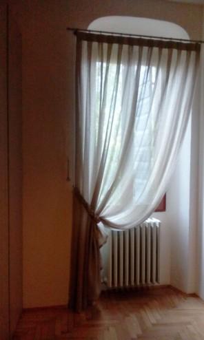 tenda tradizionale con lavorazioni a traforo e bracciale a forma di treccia. Tessuto Pininfarina per Agena. Tende per interni verona, negozio tende verona, arredamento mariano verona, negozi tende verona, tende e tessuti verona, tessuti verona