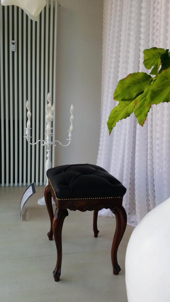Sgabello stile 800 in pelle #capitonne' e #tenda con tagli al laser #tessuti #verona #marianotende #interiordesign. tende verona, negozi tende verona arredamento mariano