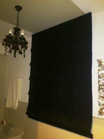 Cornici e riflessi dorati in #spazi #relax con luci e #tessuti rigorosamente vestiti di #nero #marianotende #verona #interiordesign #tendeverona #tende #fattoamano