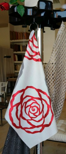 le #roserosse stampate sui #tessuti e le rose rosse di Mariano #tende #tendeverona #interiordesign #verona #tendaggi #letendedimariano #marianotende