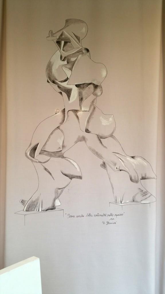"""il 16 agosto 1916 ci lasciava un grande artista italiano, Umberto #Boccioni, caduto da cavallo a #verona nel quartiere del #chievo. Noi, per ricordarlo ed omaggiare una delle sue opere più famose """"Forme uniche della continuità nello spazio"""" gli abbiamo dedicato una #vetrina fatta di tende, tessuti e cuscini dipinti e lavorati a mano. E già che c'eravamo abbiamo anche aggiunto un pannello con dei passi di uno #scritto di un grande poeta #veronese Piero Anselmi e una reinterpretazione de """"il pugno di Boccioni"""" di Giacomo #Balla. Evviva il #futurismo , l'#arte e la #poesia. #marianotende #letendedimariano #verona #interiordesign #amoreperlacasa #arte"""