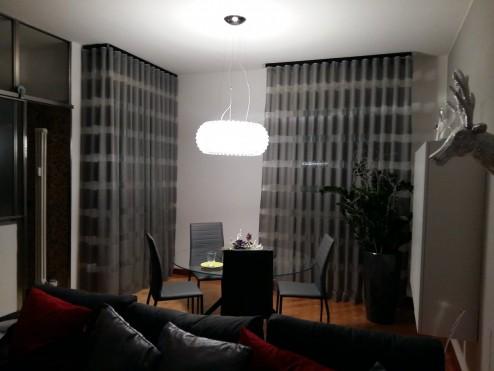 Aste nere, #tende in #tessuto modello barre' grigio e metallo,elementi industriali e tocchi di argento #interiordesign #homestaging #verona