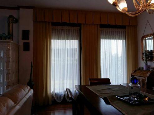 Un interno classico con tende viennesi in seta, le calate in cady e una mantovana regimental. #interiordesign #homestaging #fattoamano #amoreperlacasa #marianotende #verona #tessuti #tende #curtains