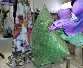 stiamo preparando la vetrina fatta di cuscini e paralumi in tessuto imbottito di veli di cachemire. Tutt'attorno cotone, stampati e lini colorati.
