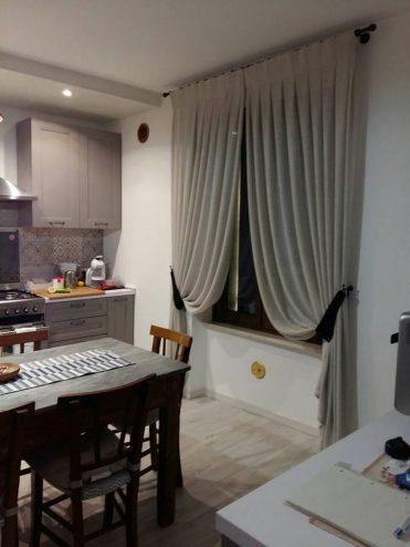Nella cucina di una casa in campagna: la tenda in maglia di lino lavorata a mano con pieghe a calice e bracciali di seta. #verona #marianotende #amoreperlacasa #interiodesign #homestaging #fattoamano #tessuti