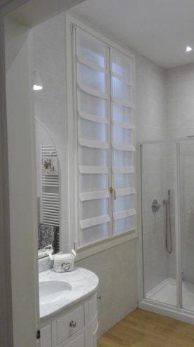 La sala da bagno in bianco e la tenda a pannello con balze in lino calandrato. Mariano, negozi tende a verona.