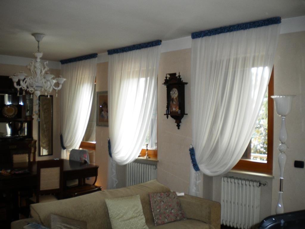 tende tradizionali di georgette misto seta con particolari lavorati in raso colore turchese paradiso, negozio verona, tende verona, arredamento mariano