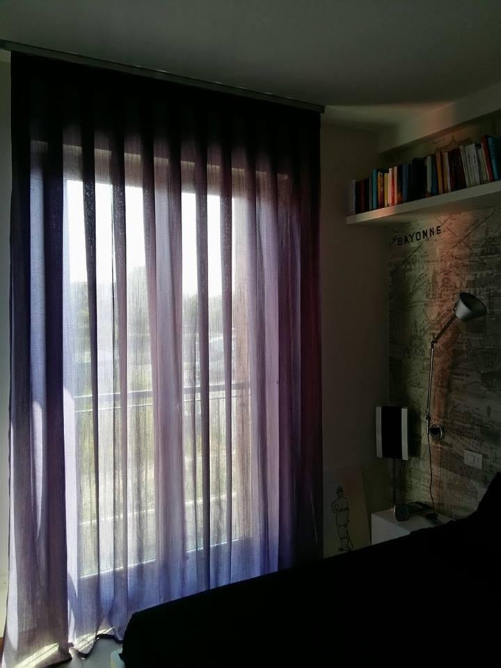 Trasparenza viola in maglia di lino per una finestra in chiaroscuro verona interiordesign marianotende tende tessuti fattoamano tende verona, negozio tende verona, interior design verona