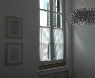 Le residenze antiche in citta': vetri all'inglese con tende in bianco naturale di seta cruda. Arredamento Mariano negozi tende a Verona.
