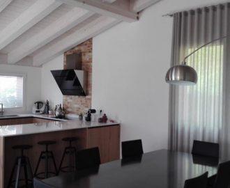 La casa in pietra, legno e ferro con la tenda in lino a onde. interiordesign, verona, marianotende, tessuti, tende