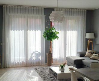 """Le onde della tenda """"wave"""" con tessuto panama e lino di Studio Pininfarina per Agena in un interno glam bianco e grigio."""