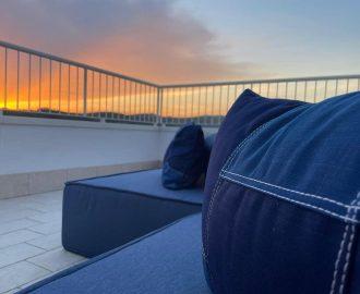 Le sedute e i divani in terrazza, rivestiti in tessuto di jeans per spazi esterni interpretati e realizzati da Mariano tende Verona.